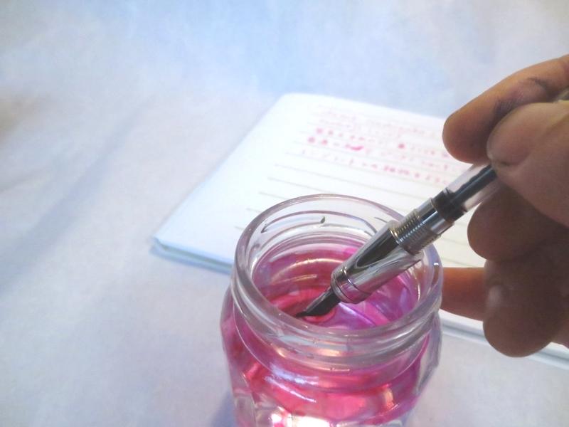 用意するのは水とコップだけ! 吸入式万年筆の洗い方