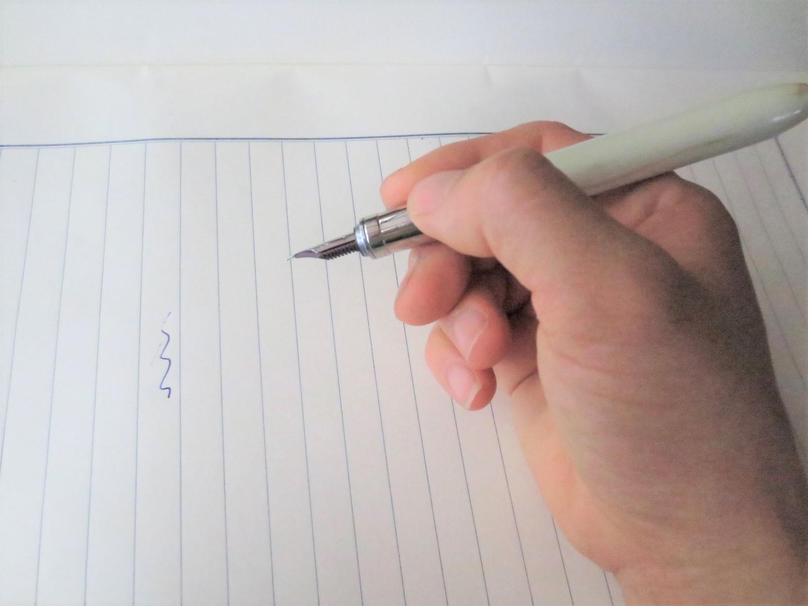 万年筆屋が教える!いつまででも書けちゃう、万年筆の持ちかた